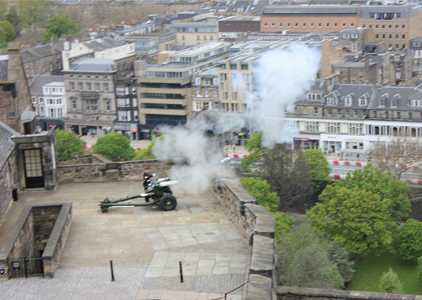 The firing of the 1 o'clock gun at Edinburgh castle